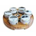Theetableau met 6 gevulde blikjes losse thee.